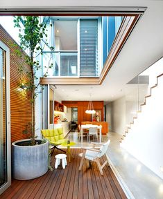 VISIT FOR MORE Brandling Street House, by Elaine Richardson Architects, is a new build in a conservation zone. The result is a light, colourful and open family home. Words by Tess Ritchie. Indoor Courtyard, Internal Courtyard, Courtyard House, Contemporary Architecture, Interior Architecture, Narrow House Designs, Street House, Architect Design, Bauhaus