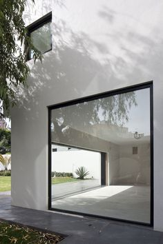 Galerie von Casa AR / Lucio Muniain et al. - 12 AR House, Atizapán de Zaragoza, Mexiko von Lucio Muniain et al. Architecture Design, Minimalist Architecture, Contemporary Architecture, Design Exterior, Interior And Exterior, Exterior Stairs, Casas Containers, Minimalist Window, Minimalist Design
