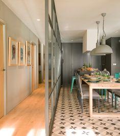 Cocina con office con pared acristalada y pasillo con cuadros_ 00397864
