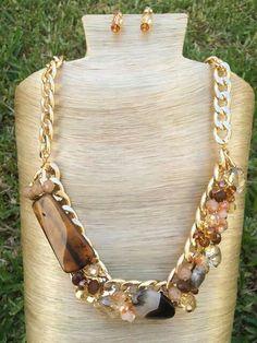 Collar piedras y cristales con cadena dorada de aluminio