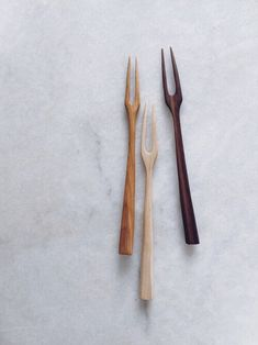 Handmade wooden spoons and kitchen utensils made from reclaimed, foraged or locally sourced timber. Hand carved, crafted in London. Made in England spoon carving Wooden Spoon Carving, Wooden Fork, Wood Spoon, Wooden Projects, Wooden Crafts, Wooden Brush, Wood Knife, Wood Joinery, Cool Kitchen Gadgets