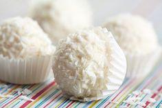Découvrez notre recette de mignardises : truffes chocolat blanc et noix de coco, avec l'astuce de Cyril Lignac.
