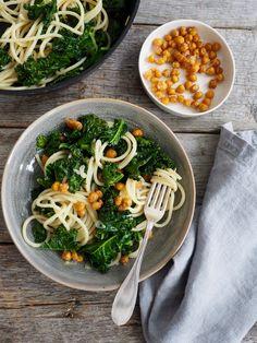 På utkikk etter en god, rask og enkel hverdagsmiddag ? Lag pasta med grønnkål og deilige ovnsbakte kikerter. Oppskriften finner du her på Mat på Bordet.