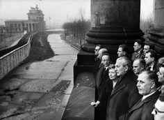 Bundeskanzler Kurt Georg Kiesinger, zweiter von rechts, im Januar 1967 auf einem Balkon des Reichstags mit Blick auf die Mauer am Brandenburger Tor. Im Jahr zuvor waren zwei West-Berliner am helllichten Tag an der Grenze erschossen worden.