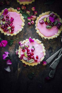 Rosewater Tartlets With Pomegranate And Salted Pistachios Rosenwassertörtchen Mit Granatapfel Und Gesalzenen Pistazien Desserts Nutella, Köstliche Desserts, Delicious Desserts, Dessert Recipes, Plated Desserts, Pomegranate Dessert, Pomegranate Recipes, Slow Cooker Desserts, Cupcakes