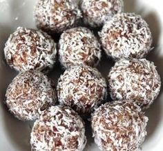 Pinnet said: These are the best South African Date Balls Recipe and I have been making them for 25 years. No Egg! You do not need Egg! South African Desserts, South African Recipes, Kos, Date Balls, Scones, Banting Recipes, Sorbets, Protein Ball, Balls Recipe