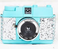 'Diana Mini' van Lomography, 35 mm film. 55 euro via Urban Outfitters. Om de mooiste momenten op foto vast te leggen.