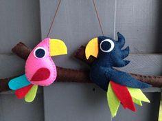 Découvrez Mobile mural ou décoration murale 'Comme un oiseau sur la branche' : 2 aras (perroquets) en feutrine sur alittleMarket Plus Bird Crafts, Felt Crafts, Diy And Crafts, Arts And Crafts, Diy For Kids, Crafts For Kids, Felt Birds, Felt Decorations, Felt Patterns