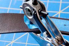En el caso de que dispongas de una herramienta para ELABORAR ORIFICIOS EN CUERO, debes colocar una adhesivo por sobre el cinturón, medir la distancia para elaborar el orificio, arcarla en el adhesivo y finalmente colocar la herramienta en la posición deseada con la medida de orificio mas pequeña.