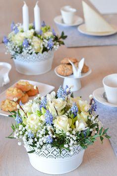 Blau weiße Tischdekoration zur Kommunion oder Konfirmation ganz einfach selber machen! DIY Anleitung für eine blaue Tischdeko. #blumen #schnittblumen #blumendeko #floristik #blumenstrauß #hochzeitsdekoration #hochzeit #hochzeitsdeko #boho #vintage #rosen #freesien #hyazinthen #blau #weiß #blau-weiß #kommunion #konfirmation #taufe