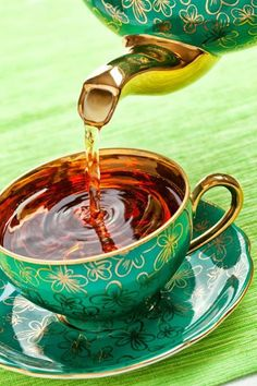 lovely cup of tea: not a tea lover like that but I can see myself sipping my coffee from this lovely tea kettle Coffee Time, Tea Time, Coffee Break, Chocolate Cafe, Cuppa Tea, Teapots And Cups, My Cup Of Tea, Kakao, High Tea