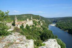 """Aiguèze, une merveille de village niché sur une falaise, au dessus des Gorges de l'Ardèche. Cette petite cité a obtenu le label : """"Plus Beau Village de France"""""""