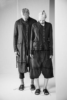 Monochrome Fashion, Deconstruction, Graphite, Winter Jackets, How To Wear, Black, Curve Dresses, Graffiti, Winter Vest Outfits