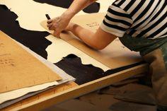 TEHDÄÄN HYVIN | HANDMADE QUALITY Työvaihe: Nahan leikkaus | Craft: Leather cutting  Tuotantolinja: Sohvat | Production line: Sofas  #pohjanmaan #pohjanmaankaluste #käsintehty