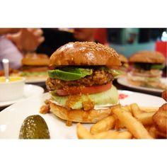 今夜はチリビーンズバーガーにアボカドトッピング(-)/ #meallog #food #foodporn #burger #burger_jp #ハンバーガー #