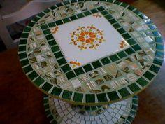 Mesa sobre carretel, mosaico y trencadis.