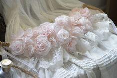 Guirlande couronne roses papier crépon teintées et dentelle rubans blancs
