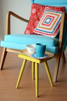 makes me wanna find a lil mid century leg throwaway and paint it yellow!