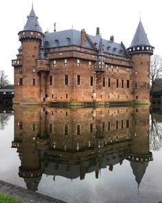 Castle de Haar ☝️ the biggest castle in the Netherlands and probably the most magnificent. However, that splendid it became only after the marriage of Etienne Gustave Frédéric Baron van Zuylen van Nyevelt van de Haar and Hélène de Rothschild. Only with the help of Rothschild family financing they were able to turn this place (which was in ruins before the renovation) into a Disney like castle (especially inside). ⭐️Watch story to see inside. by kristina_bogatyreva on IG.