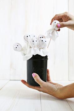 Ghost lollipop bouquet via @elsiecake! Perfect gift for Halloween