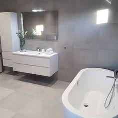 Hva er det med folk og bad? Det ser ut som om det er favoritten #baderom#baderominspo#baderomsinspirasjon#hovedbad#bathroom#bathtub#badekar#bathroominspiration#bathroominspo#masterbath#scandinaviskehjem#scandinaviskdesign#nordicminimalism#nordiskerom#nordiskerom#tiles#fliser#vipp#interior123#interior4all#roomforinspo#room123#rørkjøp#badtilinspirasjon#dittlillehjerterom