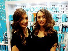 Dos de nuestras chicas en el stand de Moroccanoil -  Feria STS Beauty Barcelona
