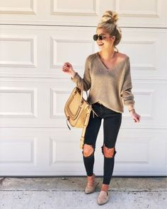 46 Wonderful Ripped Jeans Winter Outfits Ideas Has ripped or torn jeans ever gone out of fashion? Jeans Outfit Winter, Fall Winter Outfits, Autumn Winter Fashion, Summer Outfits, Casual Outfits, Light Jeans Outfit, Street Look, Mode Outfits, Fashion Outfits