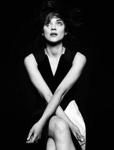 2 ou 3 choses . . . Famous French, Marion Cotillard, Illuminati, Woman Face, Actors & Actresses, Mona Lisa, Feminine, Celebs, Black And White