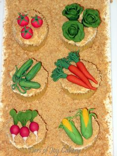 Garden patch cupcakes with fondant vegetables. Vegetable Garden Cake, Vegetable Decoration, Croquet Party, Peter Rabbit Party, Piping Techniques, Food Decorations, Garden Cakes, Fondant Tutorial, Fondant Cupcakes