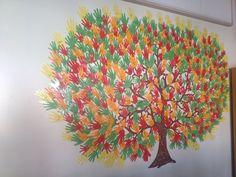 """Ett träd med hela skolans elevers händer som löv. """"Vi tar hand om varandra"""". Vi är en F-9 skola med ca 545 elever."""