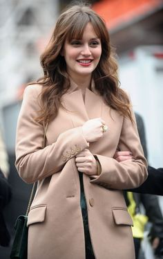The most *gorgeous* long hairstyle with bangs! Leighton Meester rocks the signature Blair Waldorf hairstyle we know and love. Gossip Girl Outfits, Gossip Girl Fashion, Maquillage Blair Waldorf, Leighton Meester Hair, Celebrity Long Hair, Light Bangs, Estilo Gossip Girl, Peinados Pin Up, How To Style Bangs