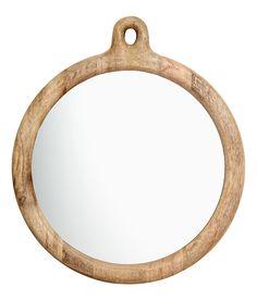 Sjekk ut dette! Et rundt speil med treramme og oppheng øverst. Speilets diameter 25 cm, rammens diameter 30 cm. - Besøk hm.com for å se mer.