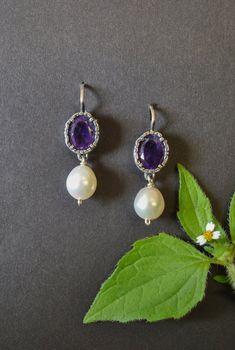 "Ohrringe ""Tara"" mit Amethyst und Perle. Hochwertiger Ohrschmuck zum Dirndl bzw. zur Tracht. Earrings, Jewelry, Fashion, Lilac Color, Jewelry Gifts, Gemstone Earrings, Gemstones, Dirndl, Silver"