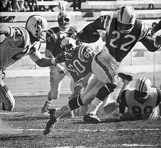 A Image Gallery of American Football League All-Star Keith Lincoln who played 9 seasons in the AFL for the San Diego Chargers and Buffalo Bills. Lincoln, Football Positions, Chicago Bears Pictures, Football Reference, American Football League, Nfl Football Players, Association Football, Football Hall Of Fame, Football Photos