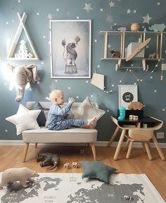chambre de bébé style scandinave mur bleu gris ciel étoilé etoile coussin étagère tipi en forme d'avion retro invitation au voyage #tipi #voyage #avion #kidsroom #nursery #chambredebebe