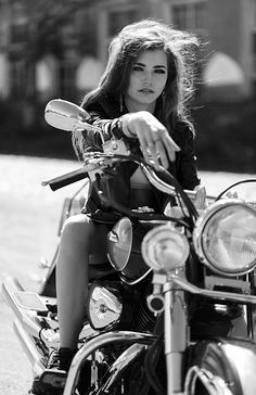 ideas indian motorcycle women girls on bikes for 2019 - Homezone - Motos Lady Biker, Biker Girl, Motorcycle Women, Biker Photoshoot, Motard Sexy, Portrait Photos, Chicks On Bikes, Moto Cross, Motorbike Girl