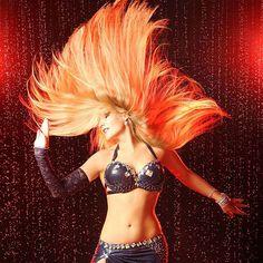 Madeixas longas são a preferência de muitas bailarinas de Dança do Ventre, funcionando como um belo e majestoso véu natural que deixa a performance ainda mais encantadora e feminina. Cabelos longos são poderosos para emoldurar não só feições mas também para adornar toda estética da dança com efeitos visuais fabulosos... Bay- Aziza Zayn Foto: Olga Gundorova