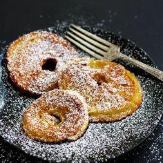 Was gibt es besseres als eine Mischung aus Palatschinken und Äpfeln? Diese gebackenen Apfelringe sind genau das. Äpfel werden in Ringe geschnitten, anschließend durch einen dickflüssigen Palatschinkenteig gezogen und in etwas Öl herausgebacken. Diese Apfelringe im Teigmantel gehören immer noch zu meinen Lieblingsgerichten. Als Kinder haben wir sie im Herbst und Winter sehr oft gegessen, auch als Hauptgericht (und nicht als Dessert). Geeignete Apfelsorten für gebackene Apfelringe Feste…