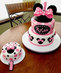Minnie Mouse Cake This is a cake that I made for my Cousin& birthday. She just loves Minnie Mouse. Minni Mouse Cake, Bolo Da Minnie Mouse, Minnie Mouse Birthday Cakes, Minnie Mouse Theme, Mickey Cakes, Pink Minnie, Mickey Birthday, Minnie Mouse Cupcake Cake, Bolo Laura