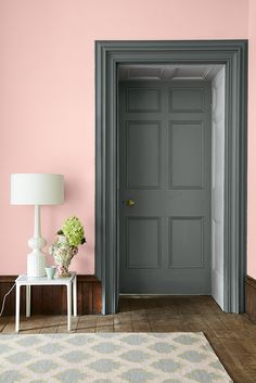 Pink wall in Confetti by Little Greene. The door and casing are in LIVID combined with GAUZE DARK Interior decor and paint Little Greene Colours of England Colour Card pink and grey living room and bedroom Pink Walls, Grey Walls, Living Room Grey, Living Room Decor, Living Rooms, Pink Hallway, Murs Roses, Black Interior Doors, Grey Doors