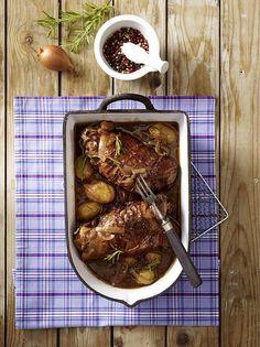 Unser beliebtes Rezept für Geschmorte Putenkeule mit Rosmarin-Kartoffeln und mehr als 55.000 weitere kostenlose Rezepte auf LECKER.de.