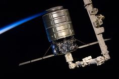 Z wysokości orbity - porcja przepięknych zdjęć od  mieszkańców Międzynarodowej Stacji Kosmicznej - Cygnus przechwycony przez Canadarm 2