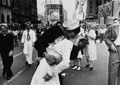 """Kissing Couple From Iconic """"VJ-Day in Times Square"""" Photograph Reunited 8/13/12"""