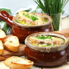 French onion soup always feels like it's one of those extravagant things that you can only get at restaurants. This Slow cooker french onion soup is perfectly flavorful and really easy. Crock Pot Soup, Crockpot Dishes, Slow Cooker Soup, Crock Pot Cooking, Slow Cooker Recipes, Crockpot Recipes, Soup Recipes, Cooking Recipes, Recipies