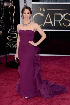 JENNIFER GARNER  La esposa de Ben Aflleck siempre es de las más sencillas y elegantes. ¿Te gusta el color de su vestido strapless de Gucci?  Los looks de la alfombra roja de los Oscares