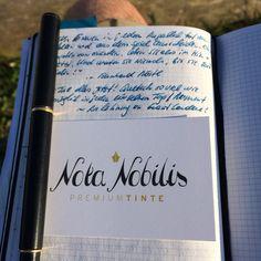 Es gibt nur einen Moment für Notizen: Jetzt!  Stilsicher mit Füllfeder und Premiumtinte von www.nota-nobilis.at  Hier im Bild: Sailor's dokumentenechte Blue-Black Pigmenttinte, die eine wunderbare Farbe und höchster Schreibkomfort vereint. Diese Tinte sollte in jeder Sammlung eines echten Füllfederliebhabers zu finden sein!  #X47