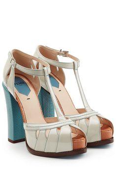 #Fendi #Block #> #Heel #> #Sandalen aus #Leder #> #Multicolor für #Damen - Ein stilvoller Hingucker im Seventies > Style, der uns ganz nebenbei ein paar Zentimeter größer mogelt: Fendis Block > Heel > Sandalen aus cremefarbenem Lackleder und mit einem blaün Blockabsatz  >  Weißes Lackleder, Riemchen, silberfarbene Schließe, Peeptö, blaür Block > Heel mit Struktur  >  Innen >  und Laufsohle aus Leder, Blockabsatz  >  Stylen wir zu Culottes, einem Logo > Pullover und einer eleganten Peek > A…