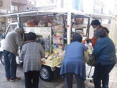 全国700万人と言われる買い物難民をサポートする、移動スーパー・とくし丸。徳島から全国に広がるサービスは「流通業界の素人」の柔軟な発想から生まれた。 Tokushima
