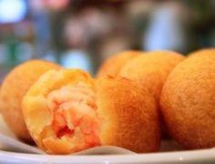 O Bolinho de Aipim com Camarão e Catupiry é maravilhoso e bem fácil de fazer. Experimente essa delícia de bolinhos finos e sofisticados e se encha de elogios.