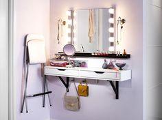Se maquiller en toute tranquillité, confortablement assise et avec son nécessaire de beauté à...